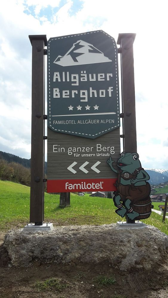 tl_files/content/bilder/logos/NEW-Berghof-Roadsign2016.jpg